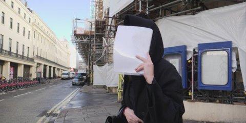 """Zamirə Hacıyeva London küçələrində: """"Məni tək buraxın"""" - FOTO"""