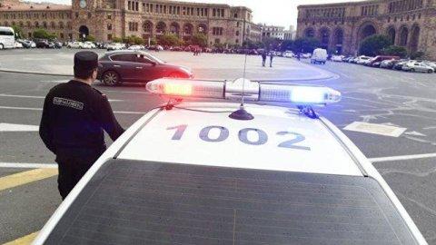Ermənistanda meriya binasına qumbara atdılar