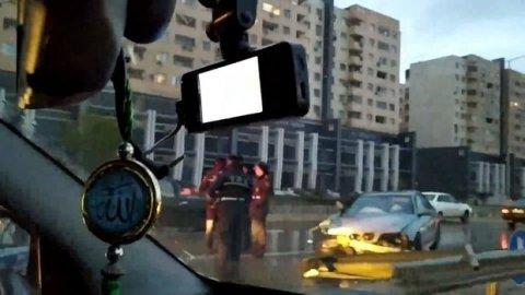 Sumqayıt yolunda qəza: BMW dəmir arakəsməyə çırpıldı