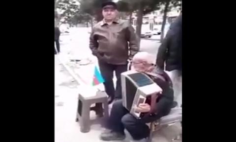 Azərbaycanda yaşlı kişi küçədə bir mahnı oxudu, fenomen oldu  - VİDEO