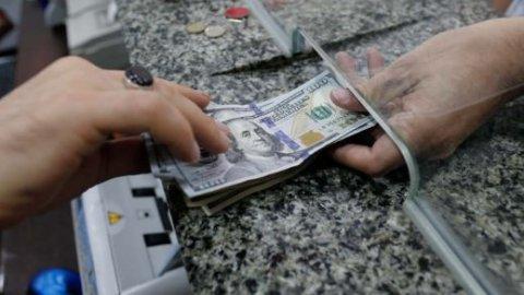 Bakıda dollar ajiotajı: Bu bank dolları limitlə satır, bəziləri isə satışı dayandırıb — REPORTAJ