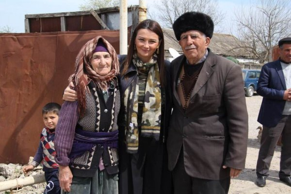 Qənirə Paşayeva Aprel şəhidlərinin ailələrini ziyarət etdi