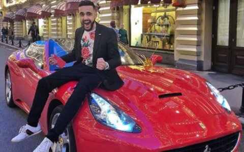 """Azərbaycanlı bloqer izləyicisinə """"Ferrari""""sini hədiyyə etdi - VİDEO"""